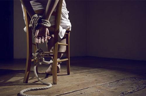 绑架女人胶带封嘴捆脚