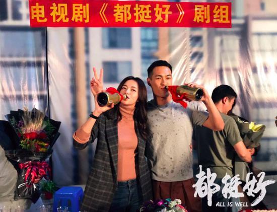 杨祐宁新剧《都挺好》杀青 搭档姚晨秀暖男厨艺
