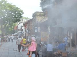 福州持续高温 三坊七巷景区启动喷水雾装置降温