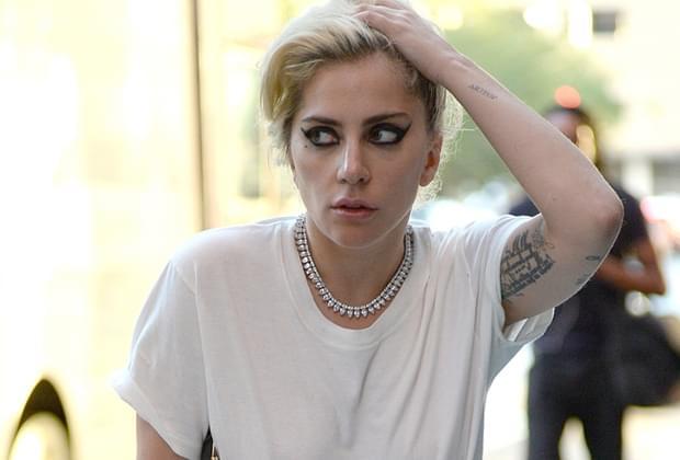 <em class='cms-I_Blank_'>Gaga烟熏妆惊悚 一路斜眼瞄行人</em>