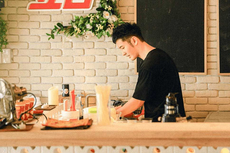 黄晓明《中餐厅》传授包馄饨技能 当48小时主厨
