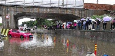 四川乐山遭强降雨袭击 现泥石流灾害