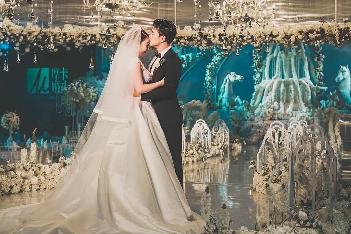 董春辉浪漫婚礼迎爱妻 八年爱情长跑终抱美人归