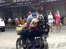 这位妈妈心真大!手抱小宝宝还侧身坐电动车