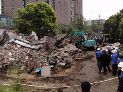 沙市区滨江马场等处1000多平方米违章建筑被拆除