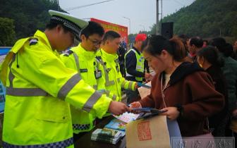 """湘潭交警部门启动""""戴帽工程"""" 免费发放安全头盔"""