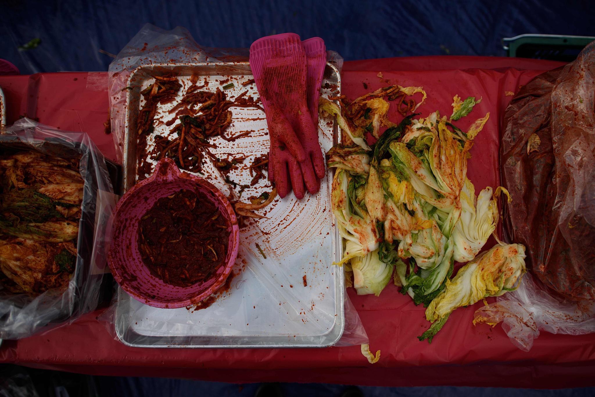 制作泡菜所用的白菜和辣椒。/视觉中国