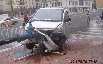 """一小车在白石桥连""""啃""""12卡护栏 撞断消防栓"""