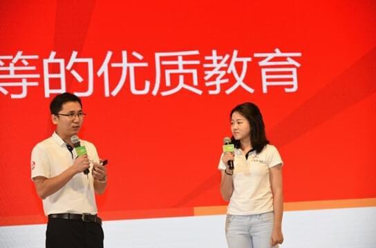 美丽中国发布会上,项目老师(右)分享支教故事。