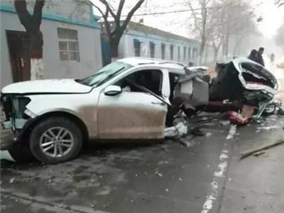 新乡越野车撞上行道树 车体被撞成两半