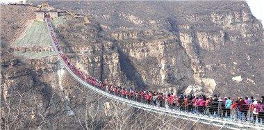 世界最长玻璃吊桥挤满游客 画面惊险