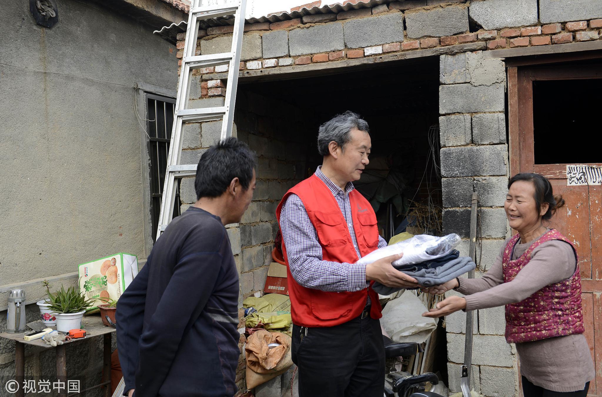 2017年4月7日,山东济宁,邹城市儒润爱心组织将部分旧衣物送到大束镇困难家庭。/视觉中国