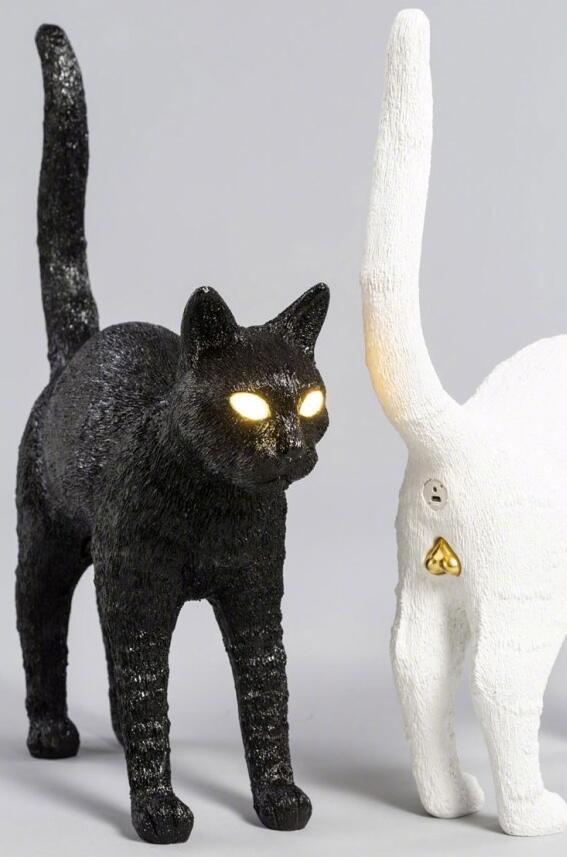 猫咪造型充电宝,猫眼是灯,猫菊花是USB充电口,猫蛋蛋是按钮。