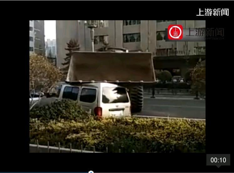 装载机当街-怒砸-堵路轿车 警方-当事人已刑拘
