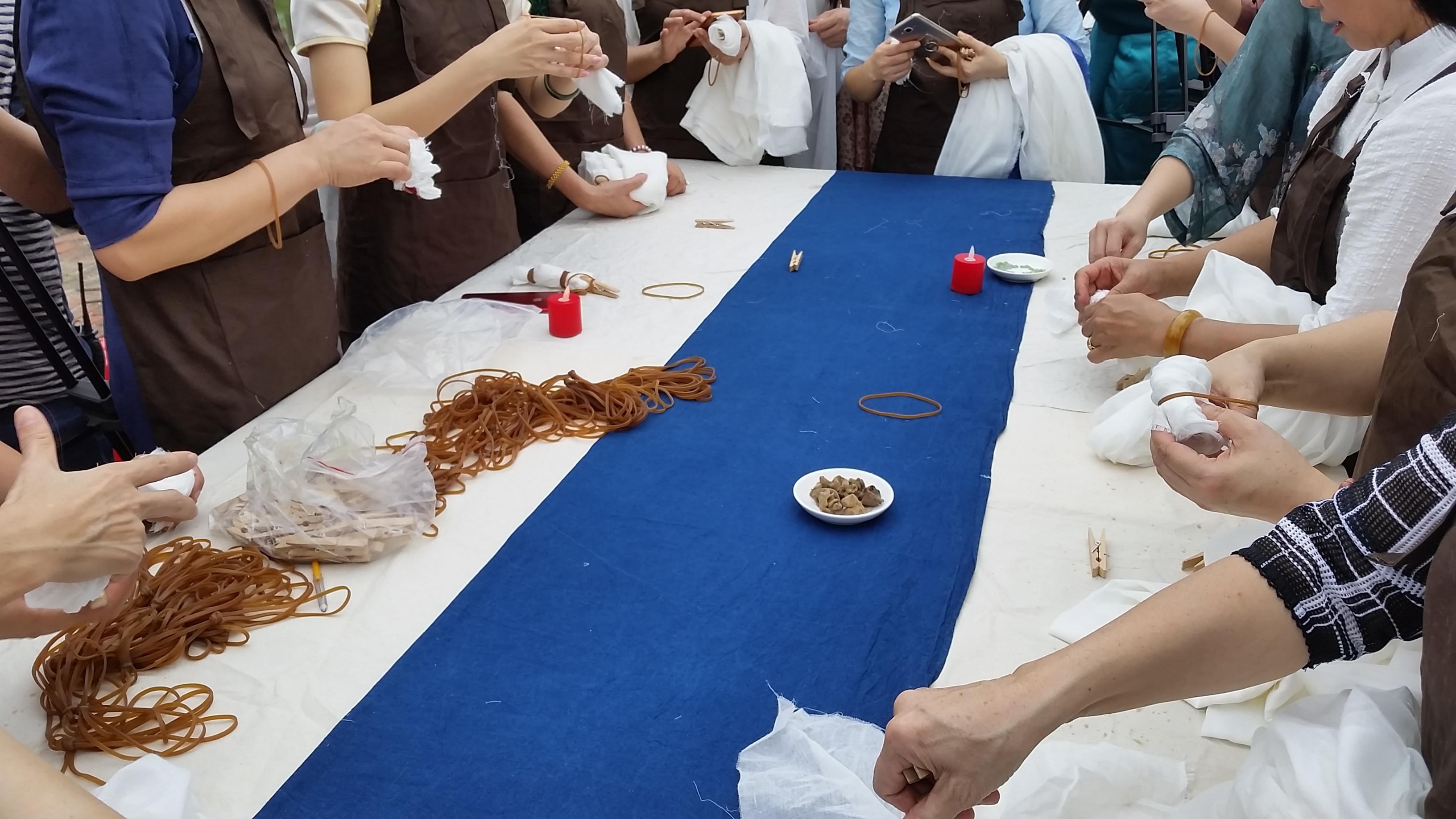 想知道旗袍怎么制作吗?旗袍协会老师现场手把手教你