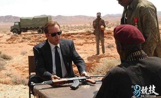 《战争之王》中AK-47被用来从非洲军阀手中换取钻石,导致轻武器在非洲泛滥