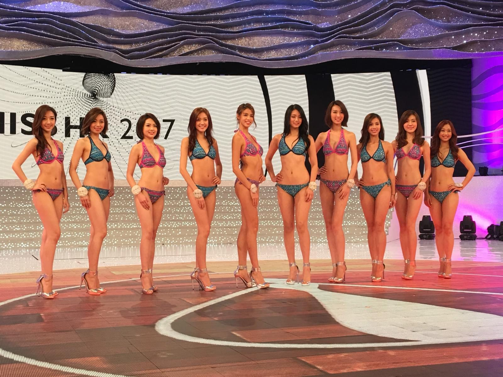 香港小姐三点式泳衣彩排 5号佳丽幸运试戴后冠