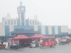 长治市火车站广场焕然一新 仍有人占道经营