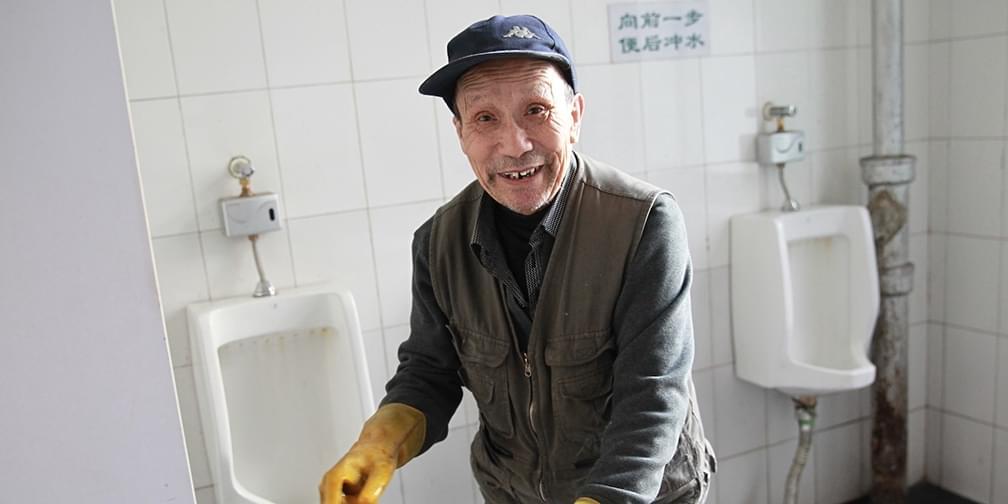 76岁老人为何义务为单位做了21年卫生