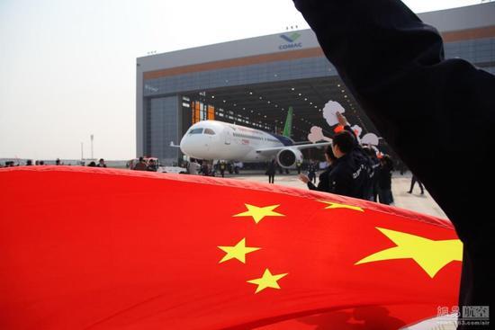 鸿翔飞控是霍尼韦尔和中航工业西安飞行自动控制研究所共同成立的合资企业,旨在为中国商飞C919大飞机项目研发和生产电传飞控系统。此次奠基的新址位于西安市雁塔区,占地面积14亩。新厂房设有飞控系统试验室、软件试验室、硬件试验室和高加速应力筛选(HASS)试验台等,有望进一步提高电传飞控组件的产能及研发与生产规模。借助霍尼韦尔在电传飞控方面的领先技术,以及中航工业西安飞行自动控制研究所五十余年的技术基础和研发经验,新生产基地将为中国大飞机、尤其是C919项目的研发和生产提供强有力支持,保障C919成功首飞。 长