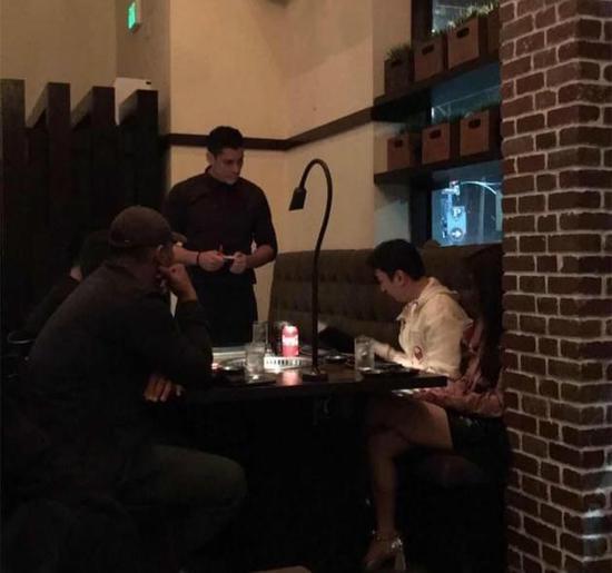 曝王思聪携新女伴现身美国用餐 气氛悠闲心情好