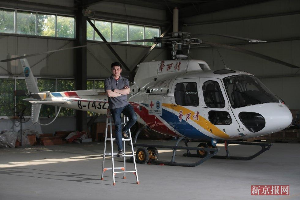 姜楠,华西村直升机场地勤人员,1988年出生于江苏丹阳,毕业于河北大学旅游安检专业,曾在南京机场从事安检工作。现在,姜楠成了一名华西女婿。
