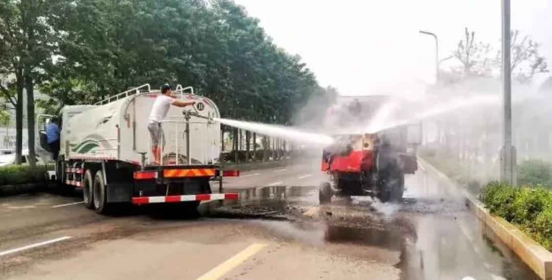 收割机自燃 商丘洒水车司机和路人齐救援