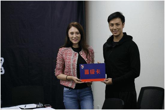 (巴特尔体育副总裁迪菲为选手颁发晋级卡)