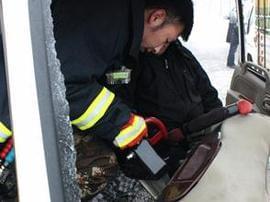 两车相撞一人被困 消防官兵破拆救援