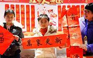 """游客在上海体验""""海派年味"""""""