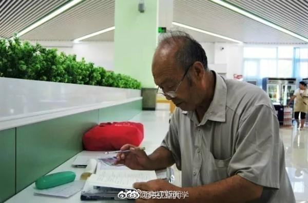 72岁老人自学高数 蹲守高校食堂求教