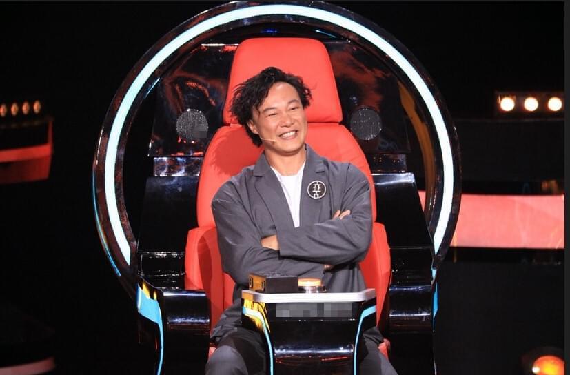 《中国新歌声》陈奕迅好奇玩坏升降台