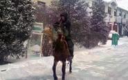 内蒙快递员雪中骑马送包裹