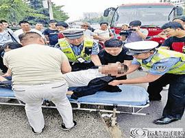 运城市中心汽车站:两车相撞 交警急救