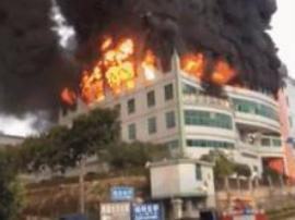 东莞黄江一出租屋楼道杂物起火 消防员救出被困3人