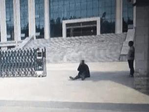 一男子不服法院判决 携带纸质横幅躺法院大门口