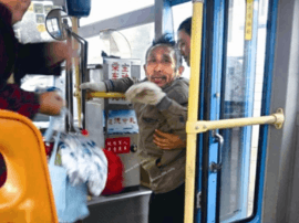 热心司机戚宏生:半抱残疾乘客乘上公交车