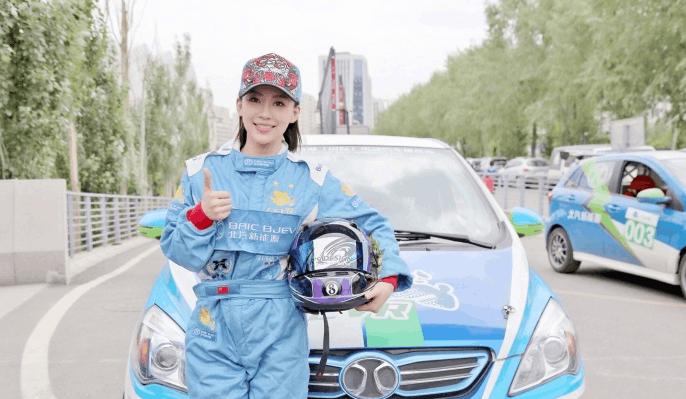 潘晓婷参加电动汽车大赛 台球主题头盔抢镜