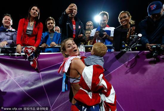 沃尔什在伦敦奥运会夺金后抱着娃庆祝