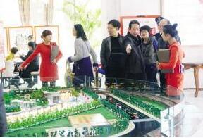 """春节期间荆州楼市""""不打烊"""" 返乡人群忙看房购房"""