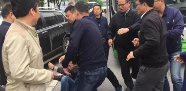 陕西一路公交屡遭不明人士拦截殴打 已停运