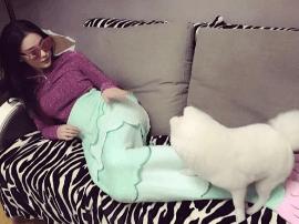 张馨予躺沙发扮美人鱼 宠物狗实力抢镜
