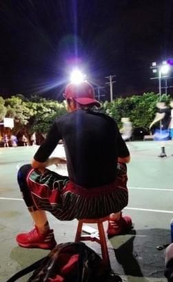 笑喷!萧敬腾去公园打篮球 竟随身携带木头板凳