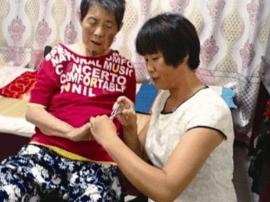 """""""孝媳妇""""于绿:帮助婆婆战胜癌魔 二十年义务照顾叔"""