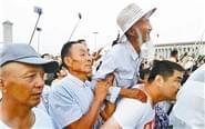 警察背8旬老兵看升国旗