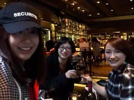 张子萱与友人聚会 头戴棒球帽露灿笑