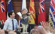 加拿大帅总理带儿子上班