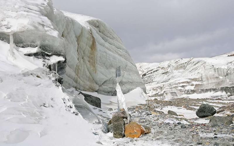 此时已然分不清公路和山体,四处唯有白雪茫茫。