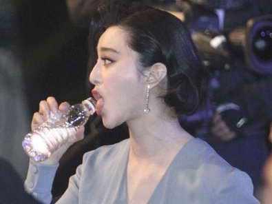 女明星在长途飞机上拼命喝水