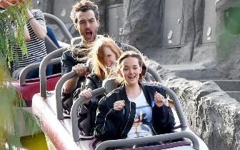 劳模姐一家游迪士尼乐园 坐过山车无视头发被吹乱